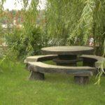 Стол со скамейками из камня