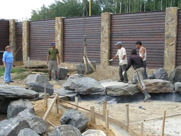 Укладываем камни для пруда
